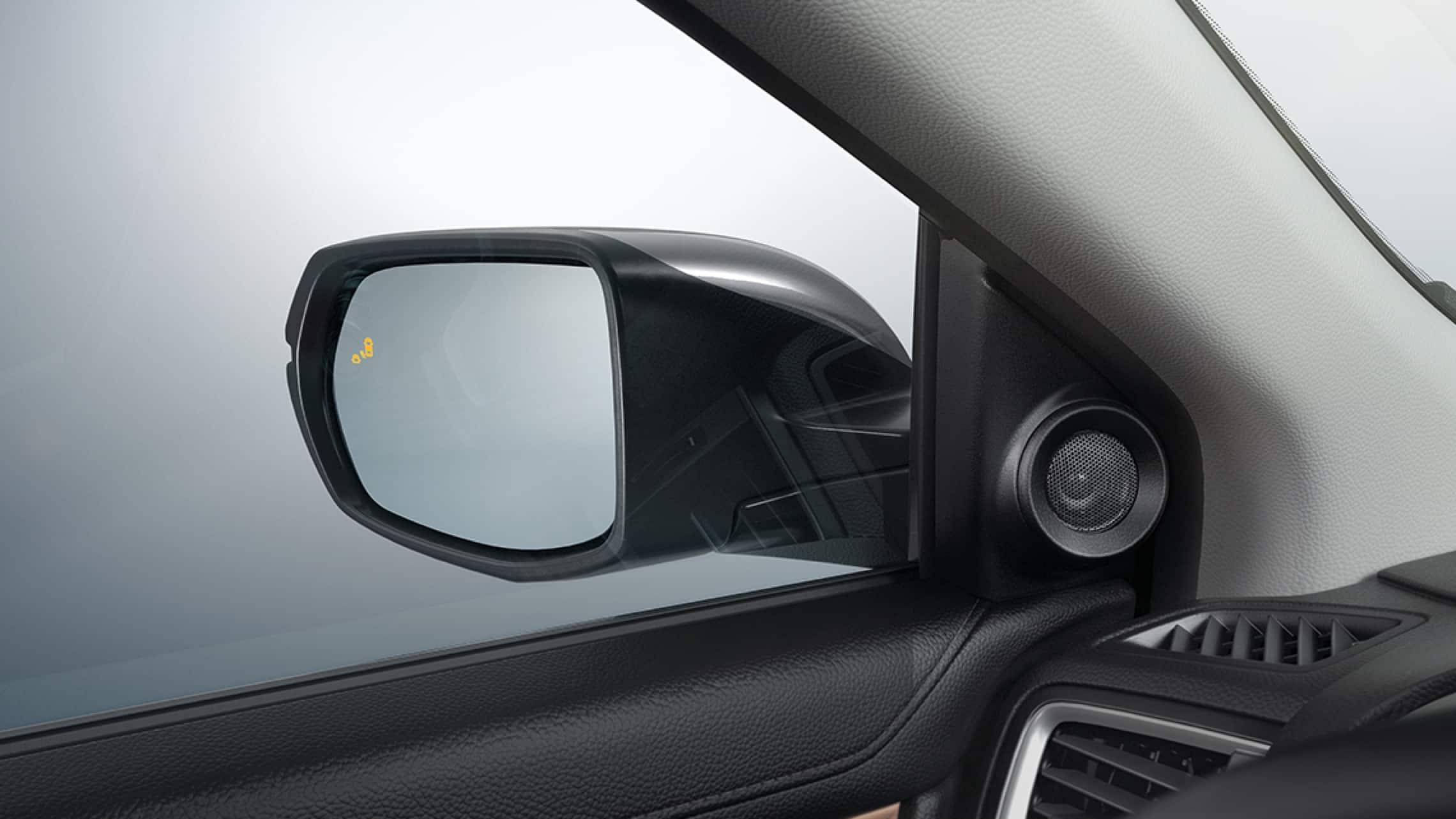 Honda CR-V Touring2019 con icono de advertencia del sistema de información de puntos ciegos en el espejo lateral.