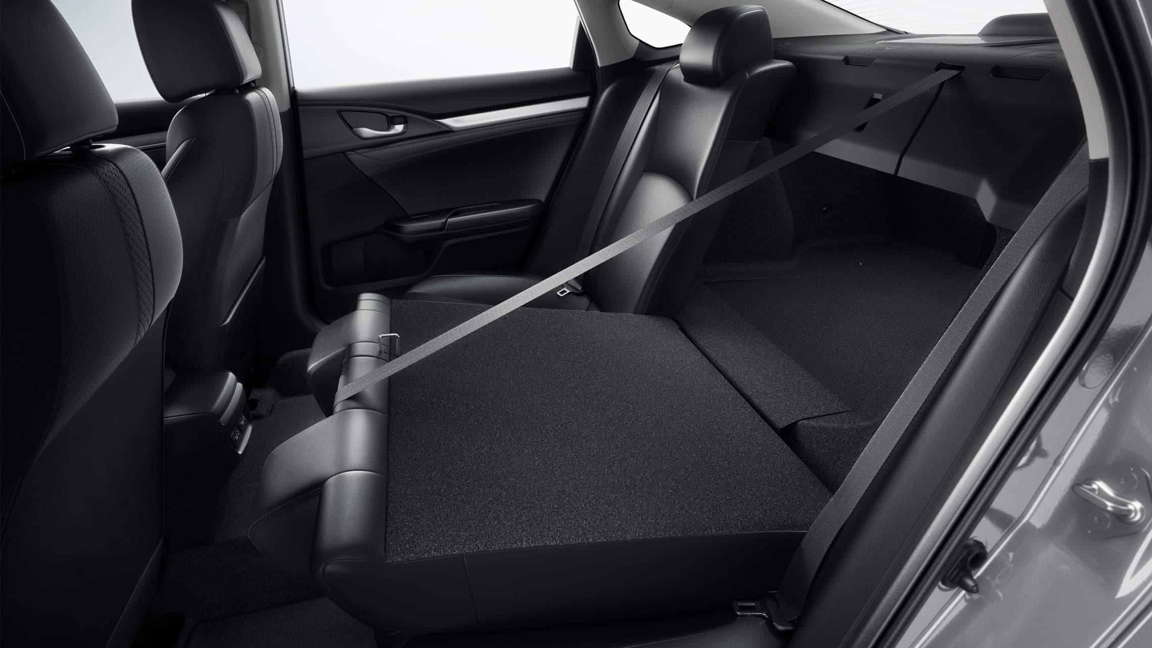 Vista interior de los asientos traseros con respaldo abatible 60/40 en el Honda Civic Touring Sedán2020 con Black Leather.
