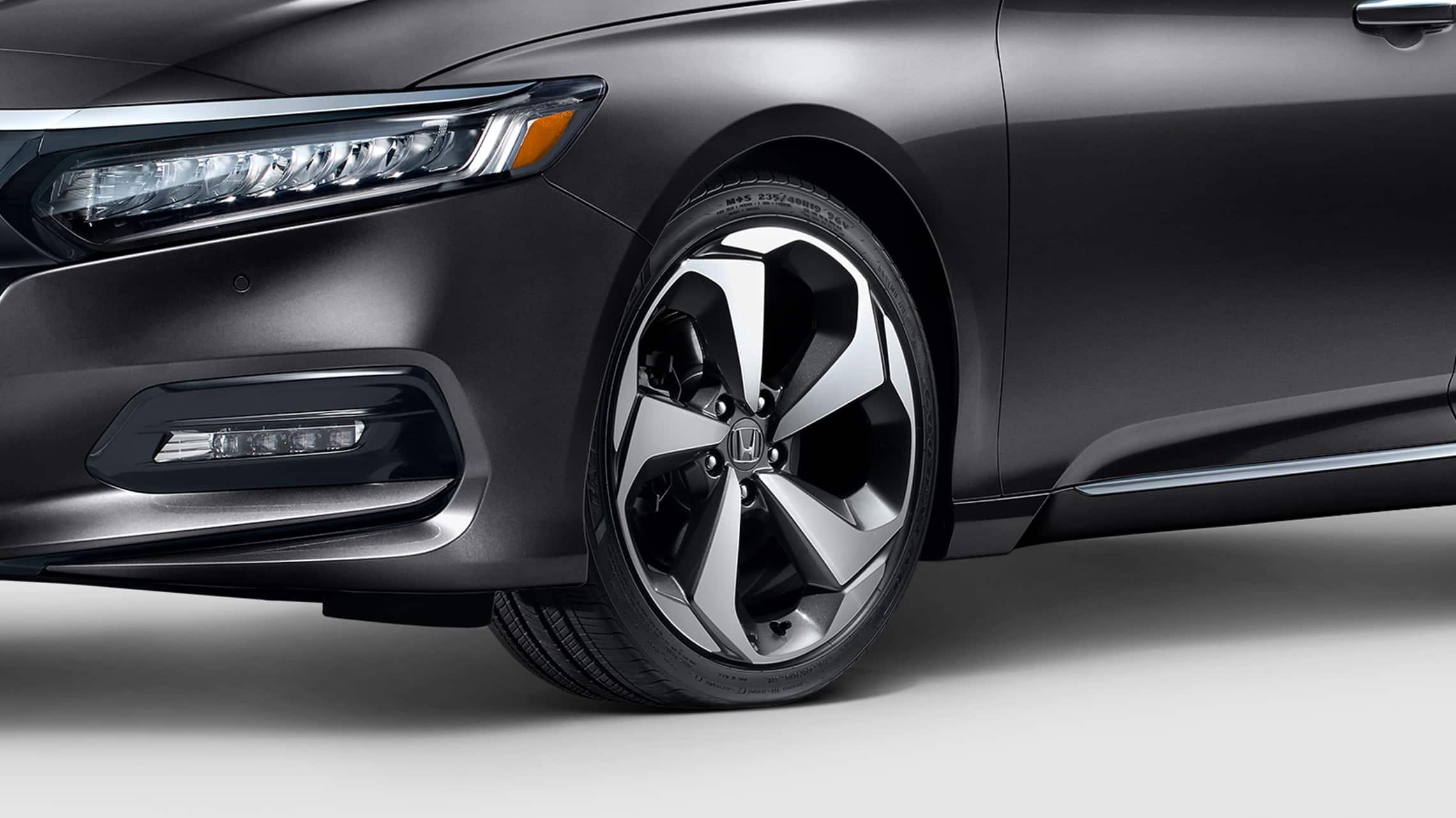 Detalle de la rueda de aleación de 19pulgadas en el Honda Accord Touring2.0T2020 en Modern Steel Metallic.