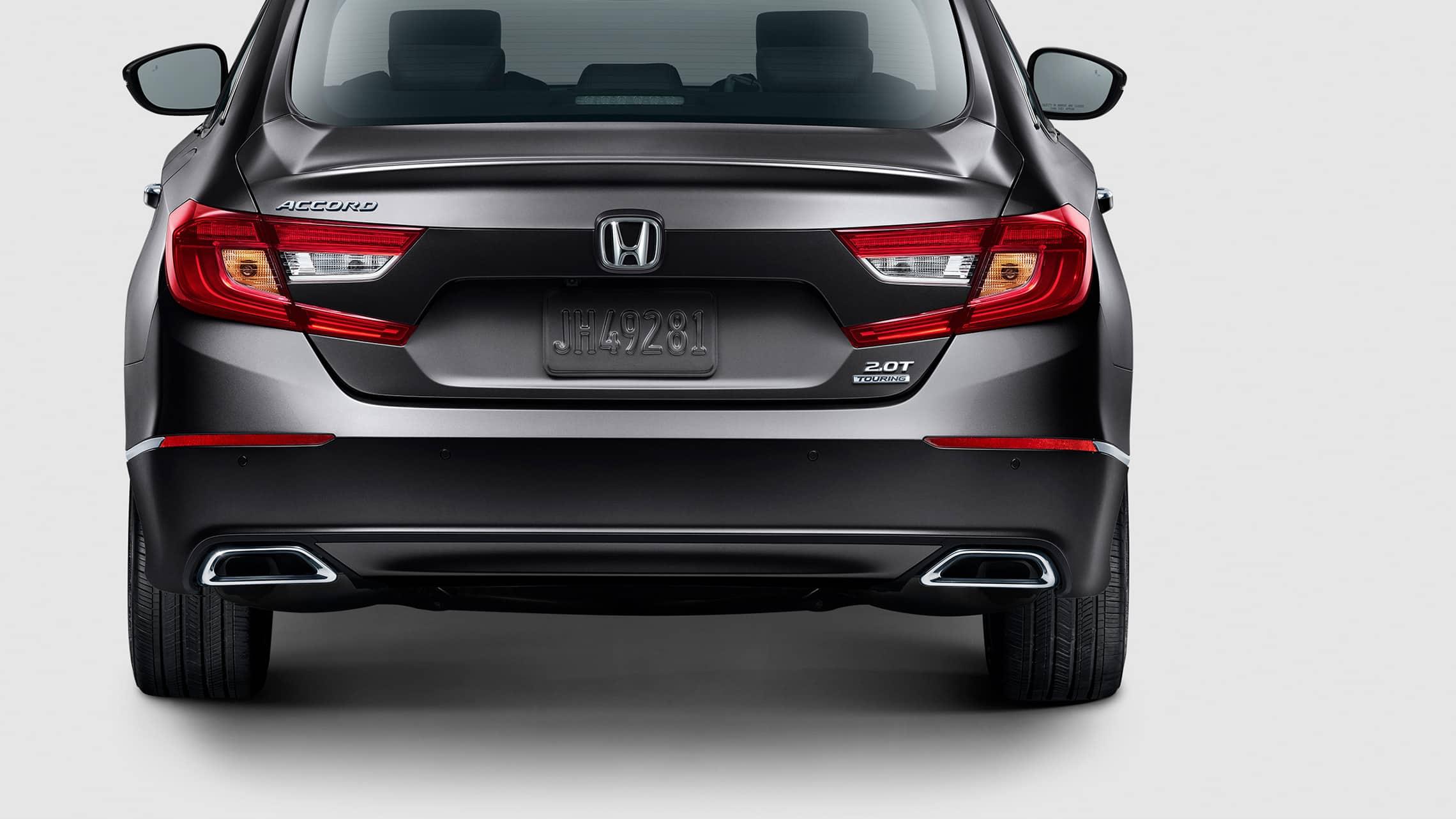 Detalle de las luces traseras con barras de luces de LED integradas en el Honda Accord Touring2.0T2020 en Modern Steel Metallic.