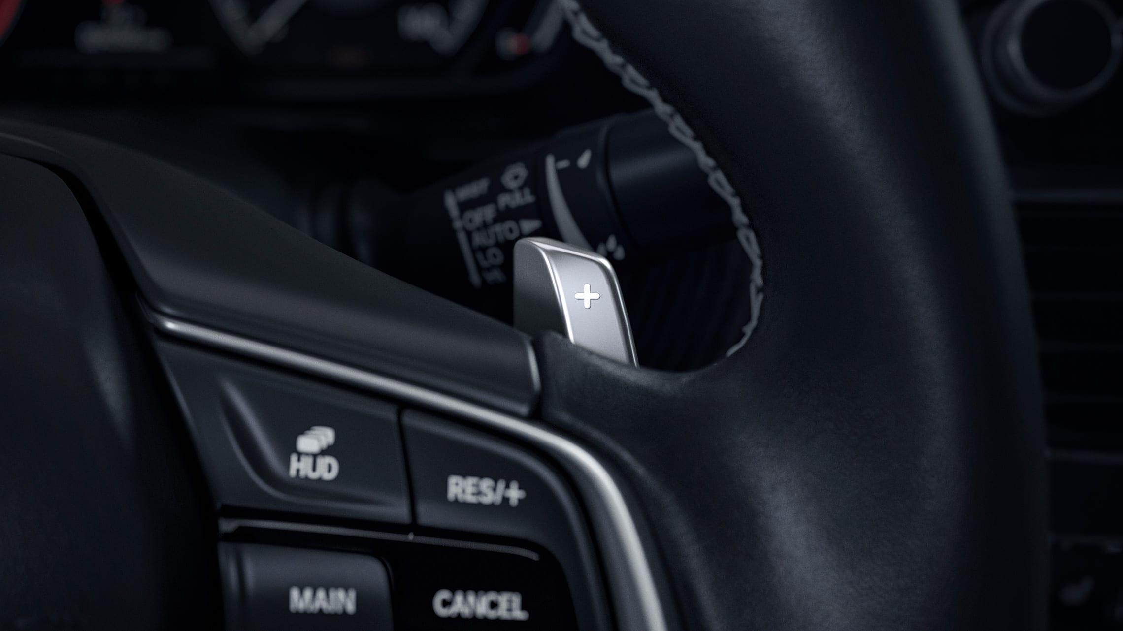 Detalle del mando de transmisión montado en el volante del Honda Accord Touring2.0T2020.