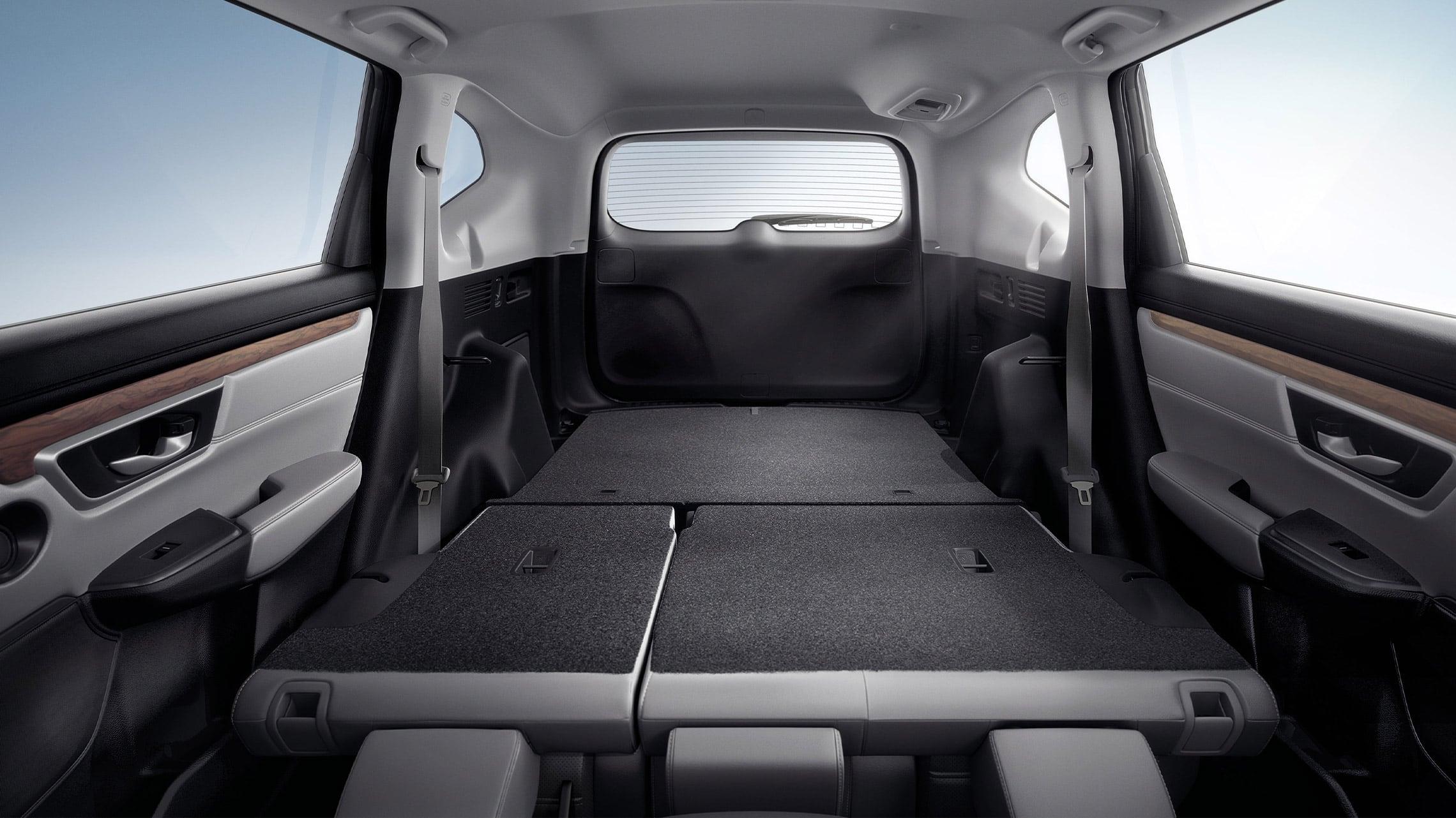Vista interior de la Honda CR-V 2020 con Gray Leather que muestra los respaldos traseros abatibles 60/40 que se pliegan con facilidad.