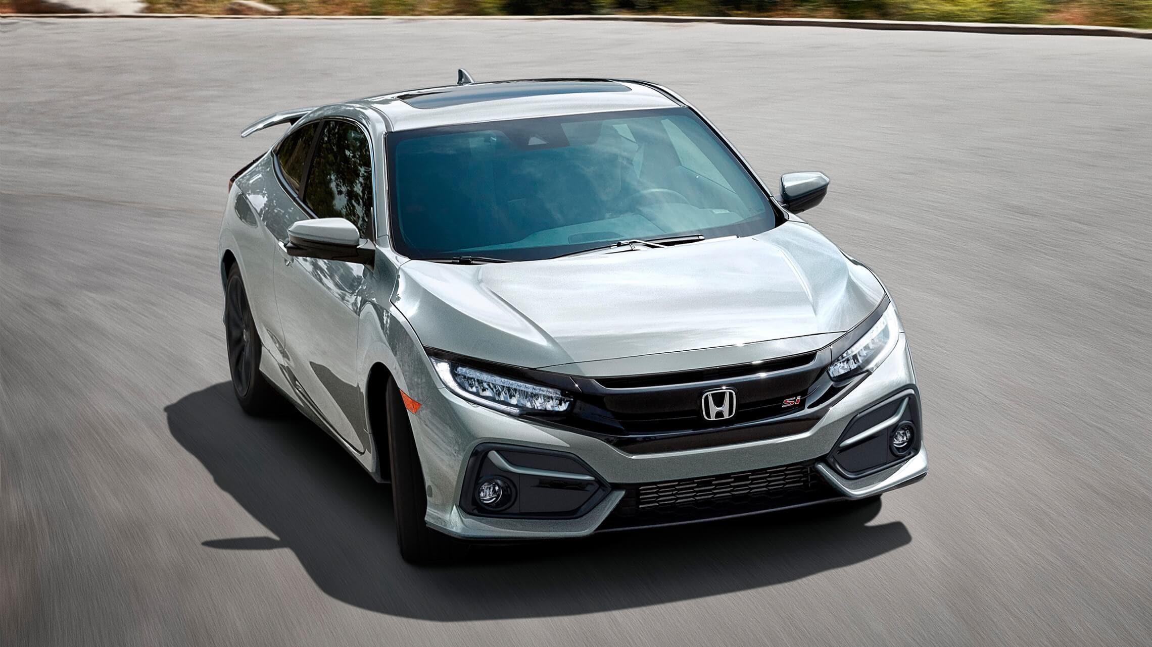 Vista frontal de 7/8 desde el lado del pasajero del Honda Civic Si Coupé2020 en Lunar Silver Metallic.
