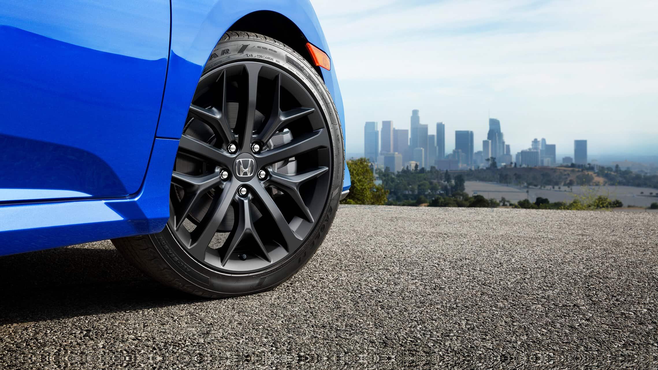 Detalle de las ruedas de aleación de 18pulgadas en el Honda Civic Si Sedán2020 en Aegean Blue Metallic.