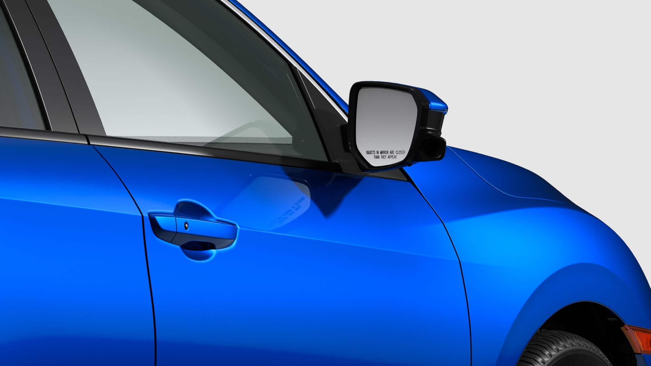 Detalle de la cámara Honda LaneWatch™ en el espejo del lado del pasajero del Honda Civic Si Sedán2020 en Aegean Blue Metallic.