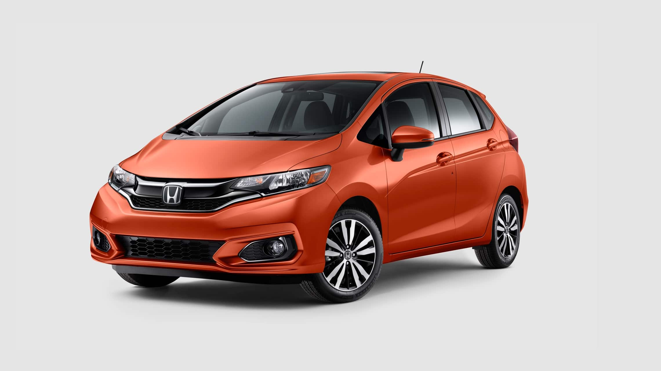 Vista frontal desde el lado del conductor del Honda Fit EX-L 2020 en Orange Fury.