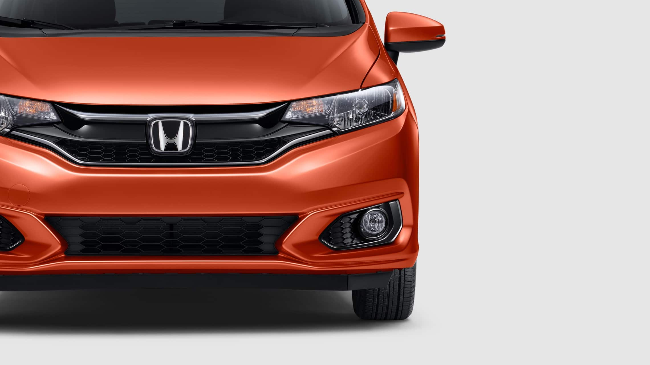 Vista exterior frontal del Honda Fit EX-L 2020 en Orange Fury.