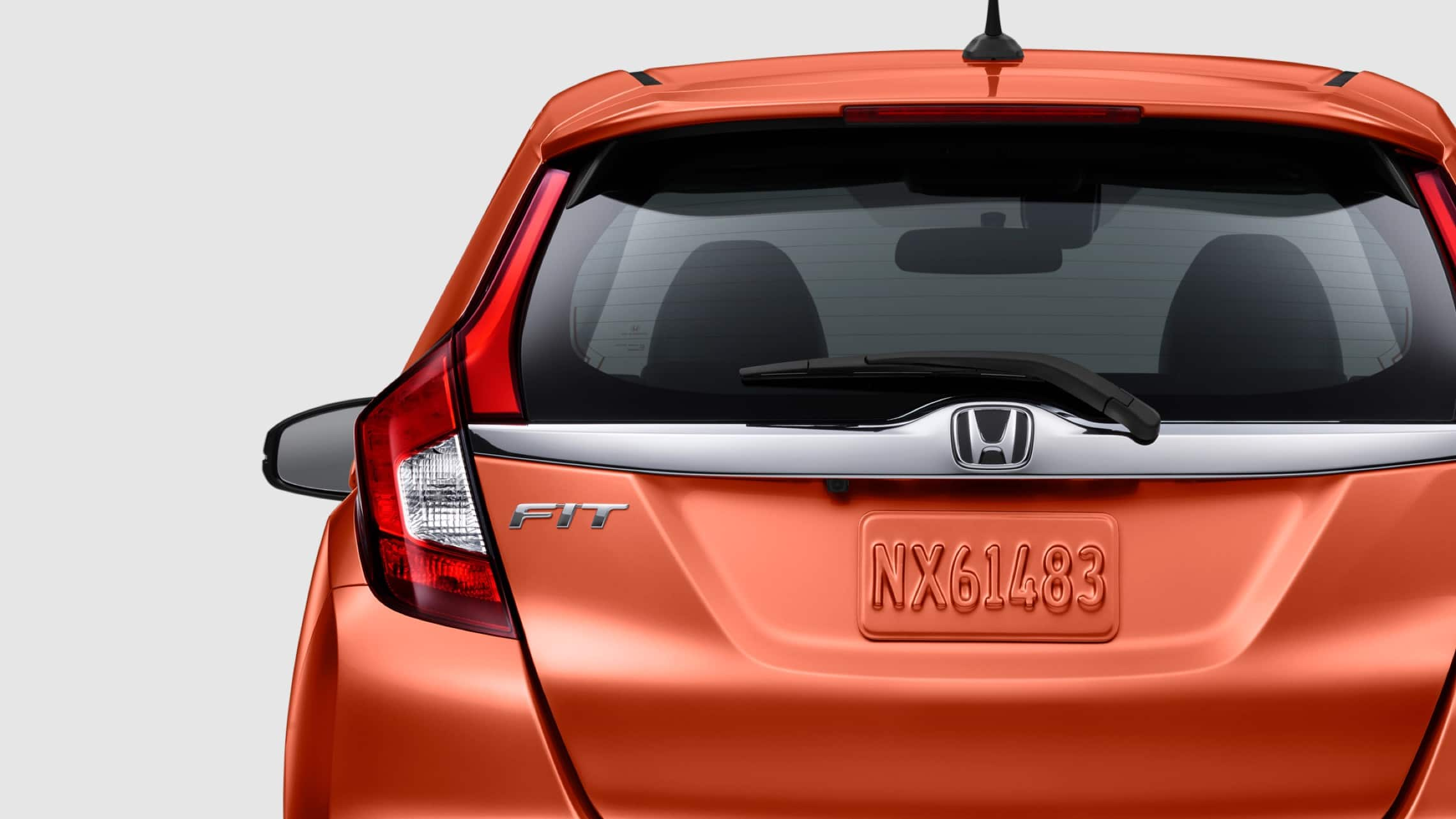 Vista exterior trasera de las luces de freno de LED del Honda Fit EX-L 2020 en Orange Fury.