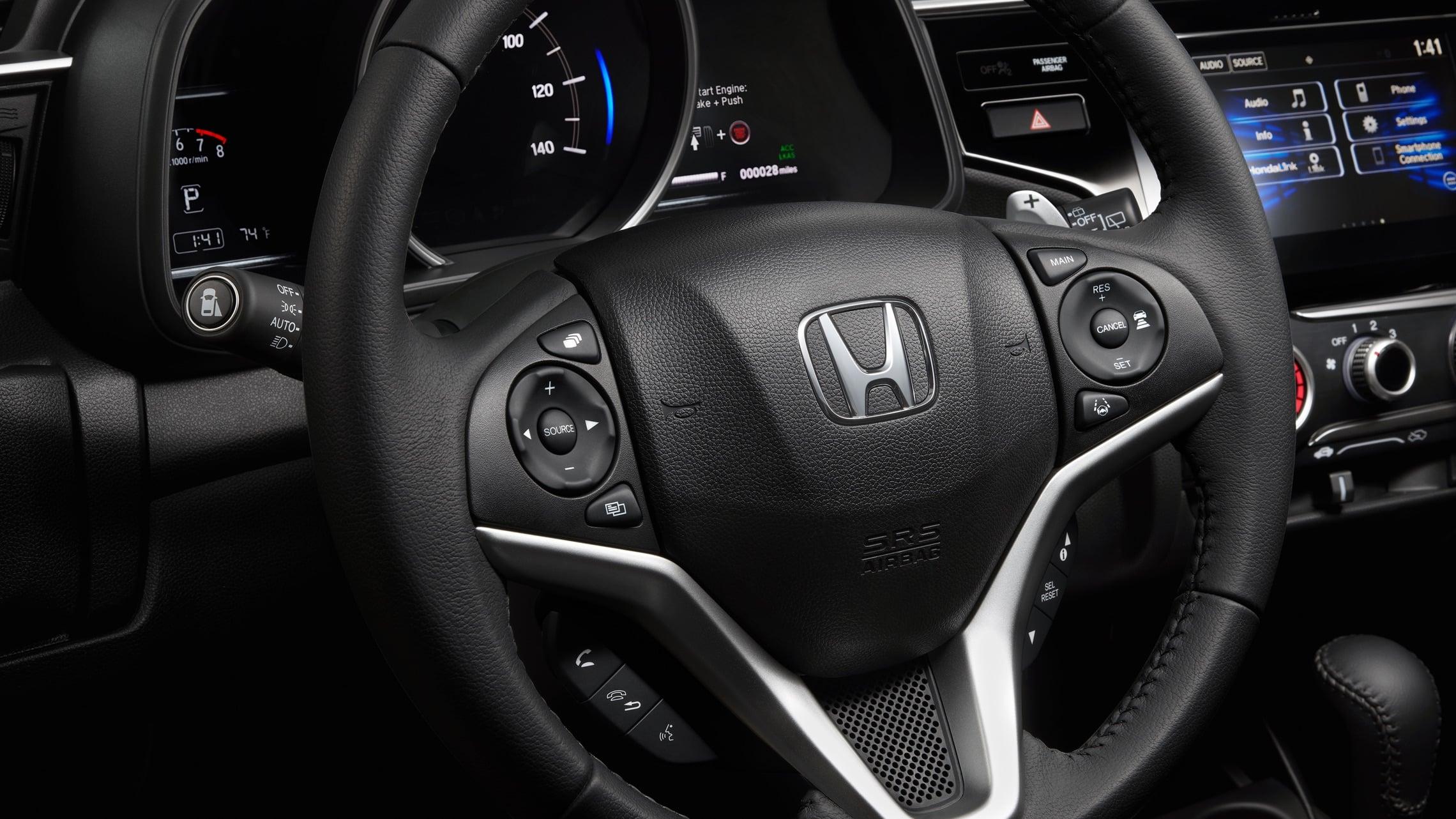 Detalle de los controles instalados en el volante del Honda Fit EX-L2020.