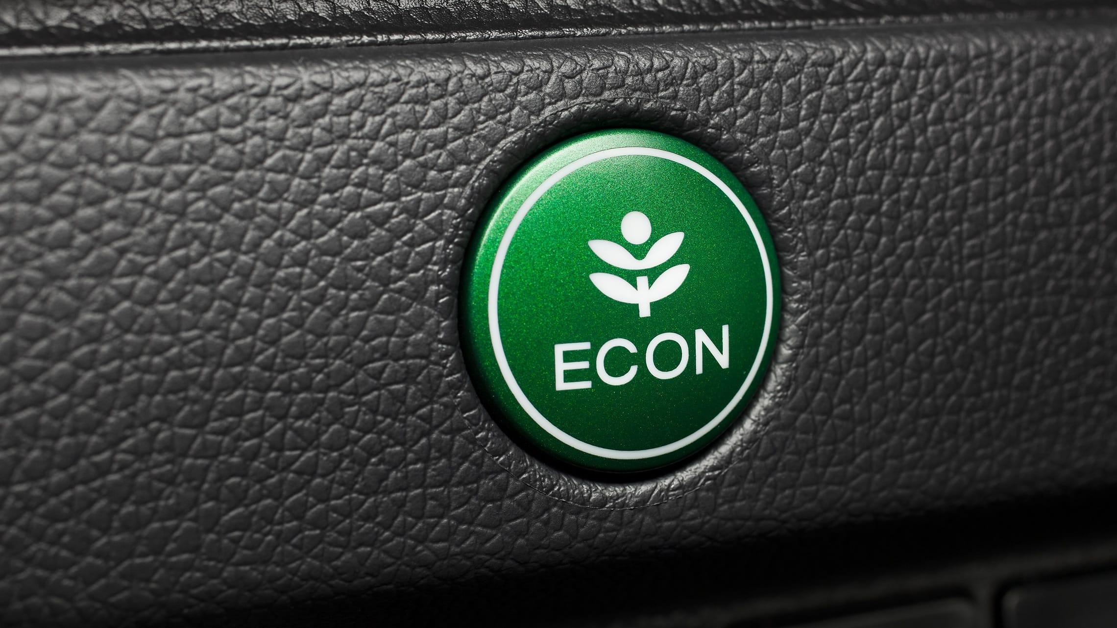 Detalle del botón ECON verde en el Honda Fit EX-L2020.