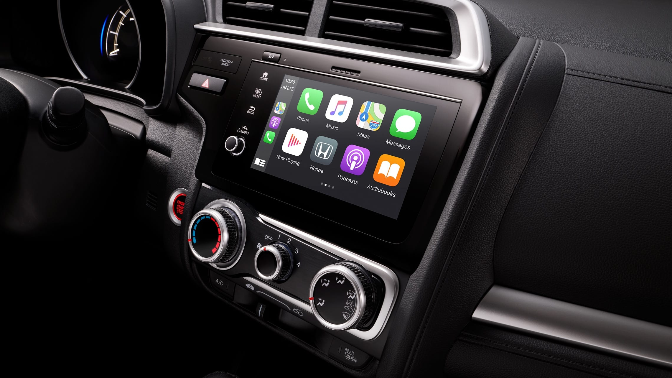 Detalle del sistema de audio en pantalla táctil con Apple CarPlay™ en el Honda Fit 2020.