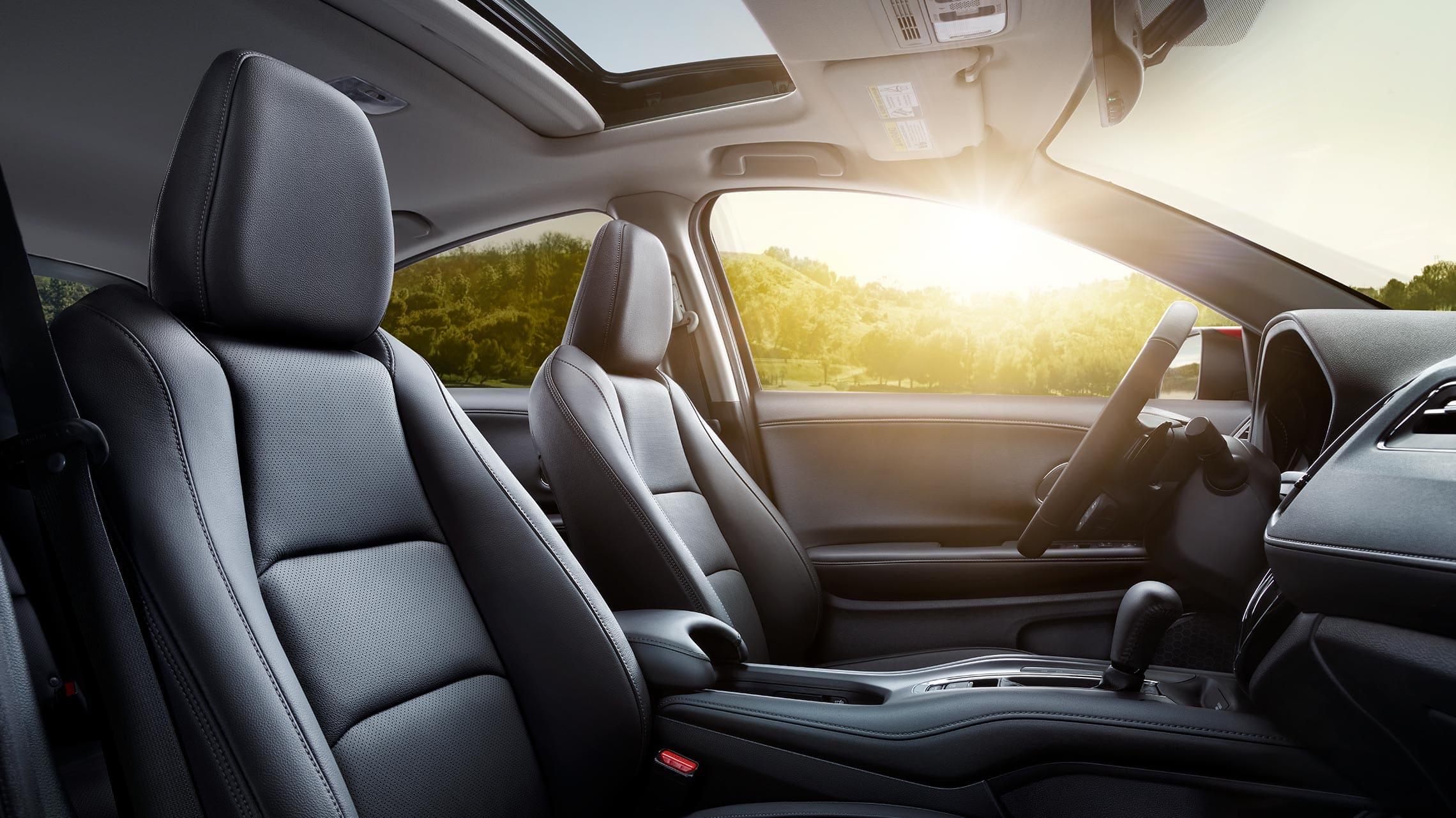 Vista del interior desde el lado del pasajero de los asientos de la Honda HR-V Touring2020 en Black Leather.