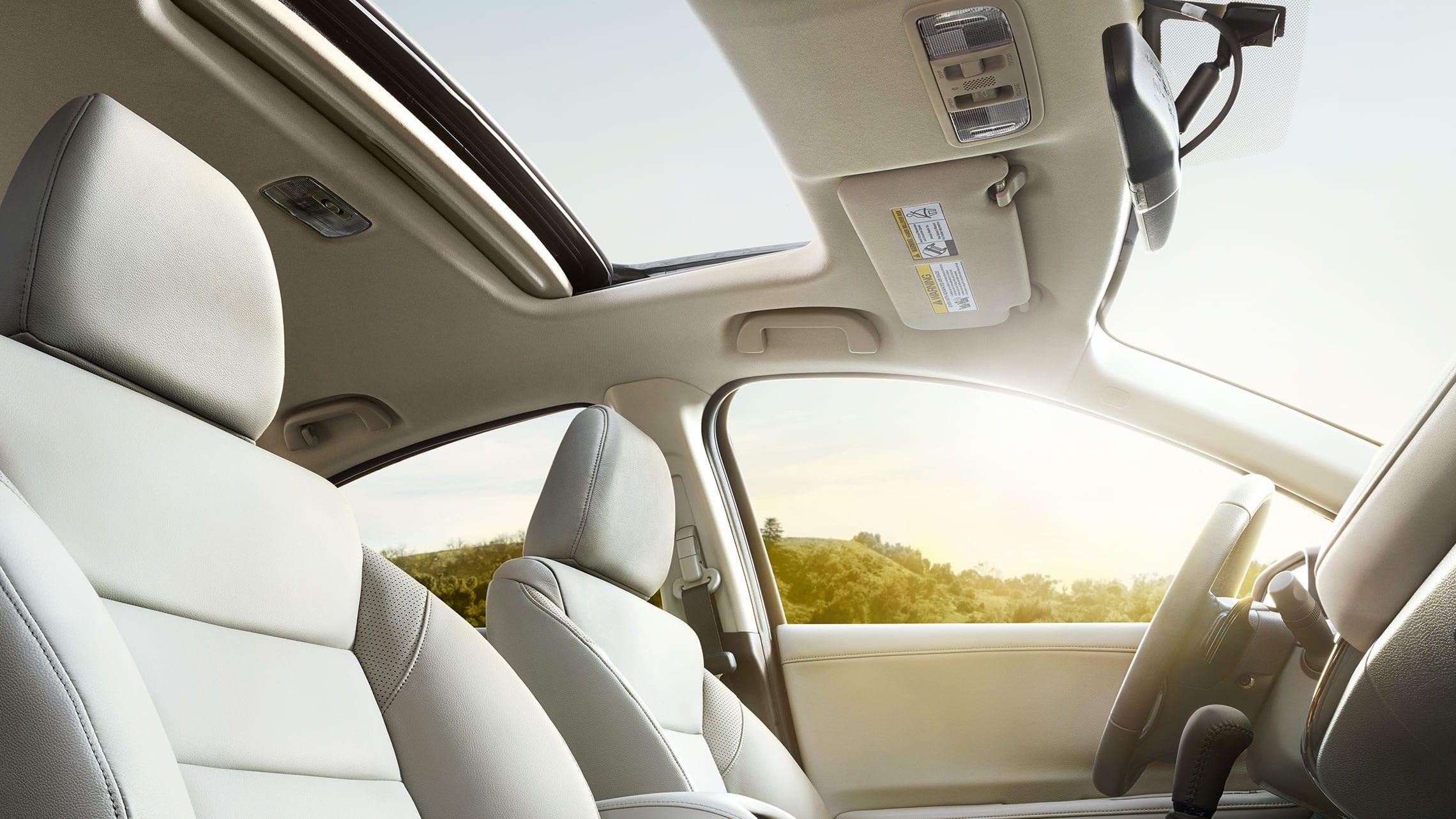 Detalle de la vista desde el lado del pasajero del techo corredizo opcional abierto en la Honda HR-V EX-L2020 con Gray Leather.