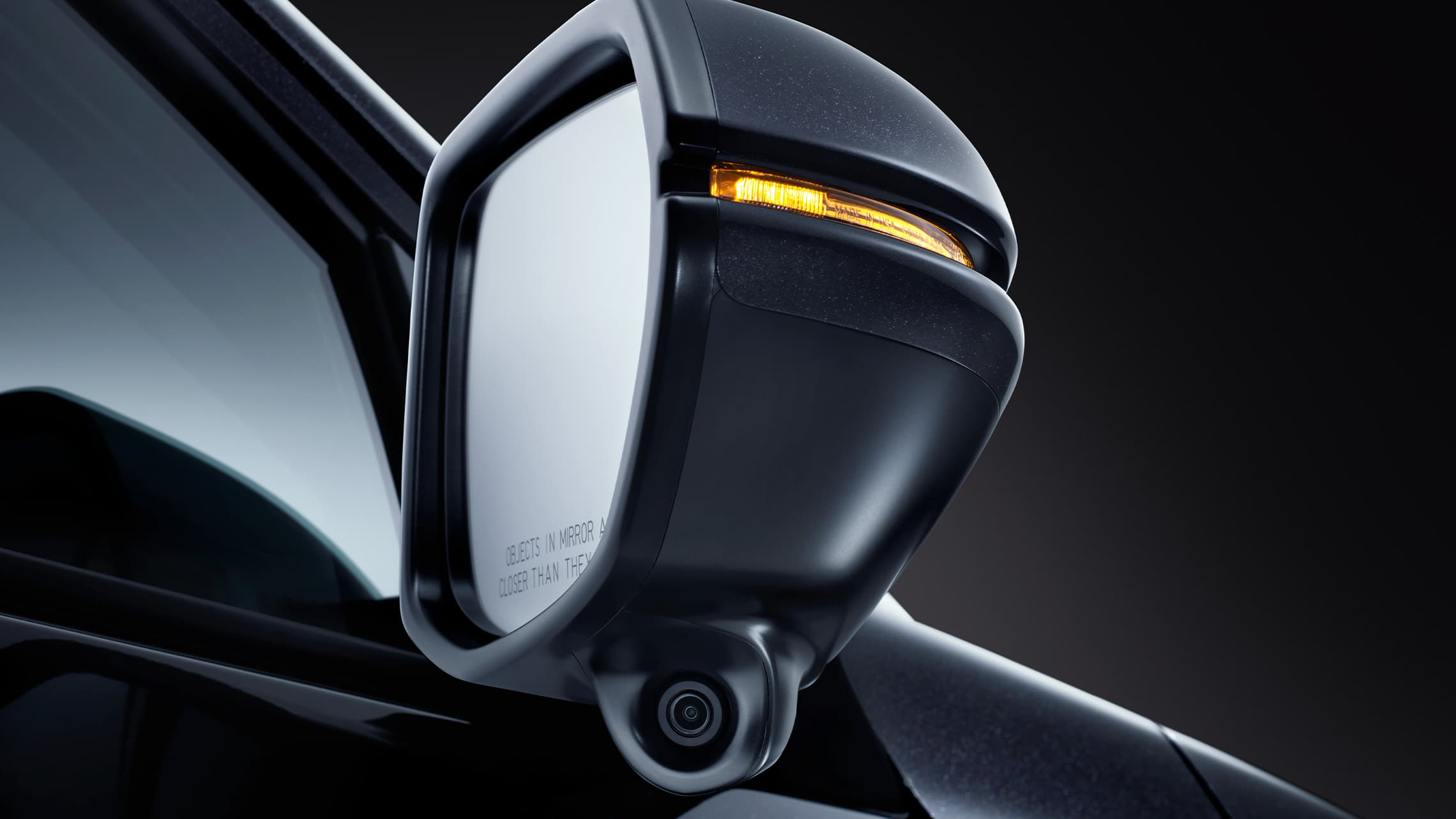 Vista detallada de la cámara Honda LaneWatch™ en el espejo del lado del pasajero en la Honda HR-VEX-L2020 en Crystal Black Pearl.