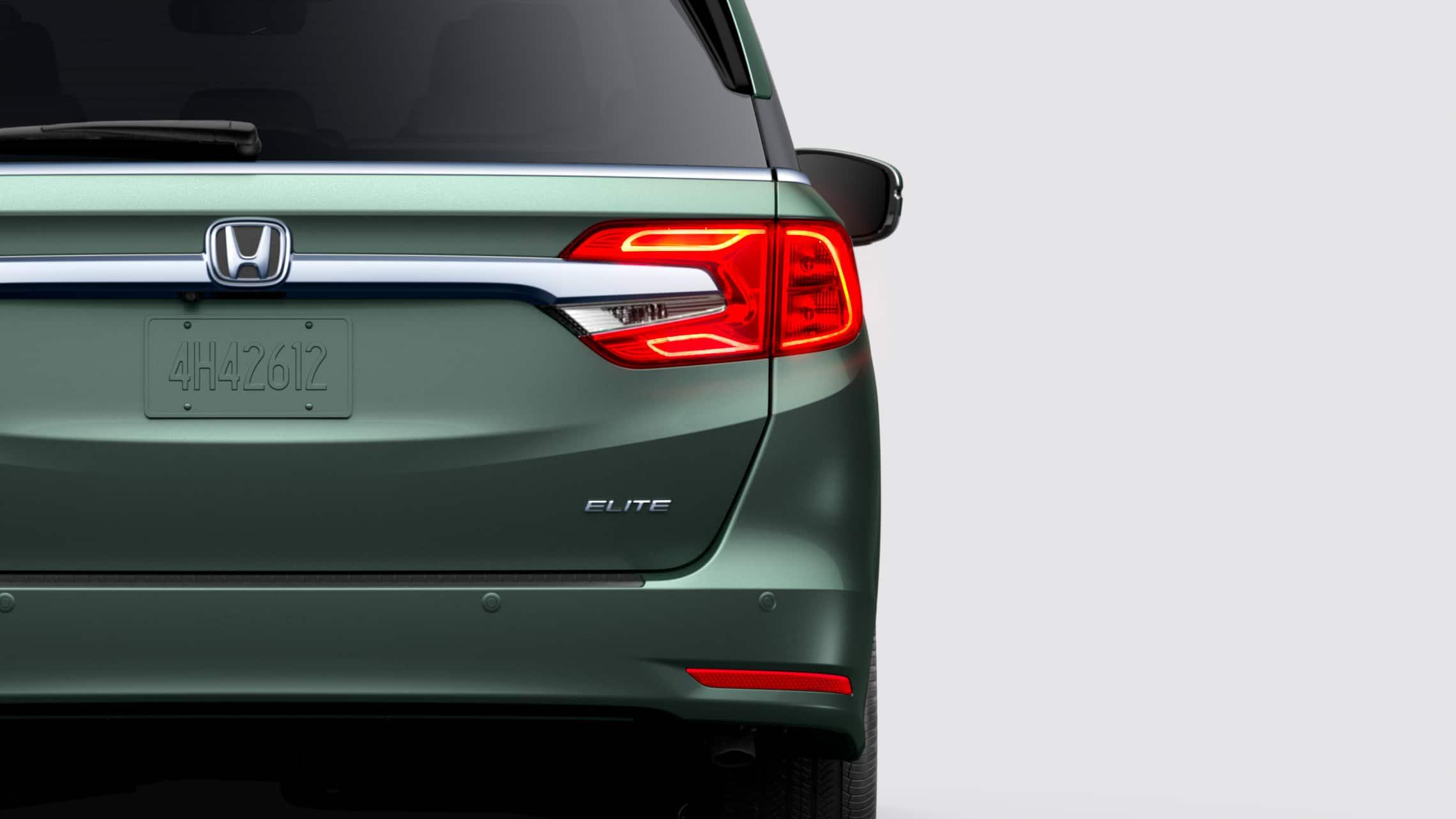 Primer plano trasero de la luz trasera del lado del conductor de la Honda Odyssey Elite2020 en Forest Mist Metallic.