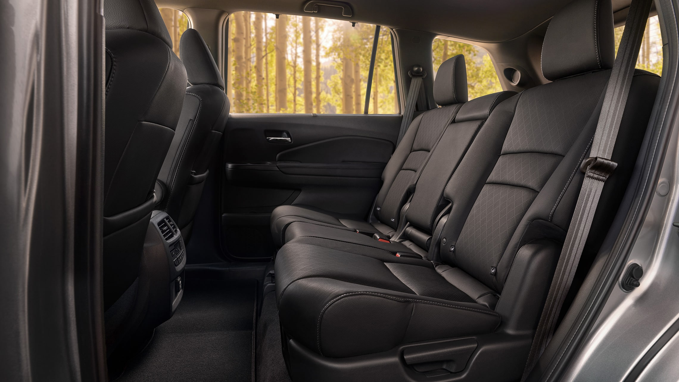 Interior trasero de la Honda Passport Elite 2020 en Black Leather mostrando asientos de segunda fila espaciosos.