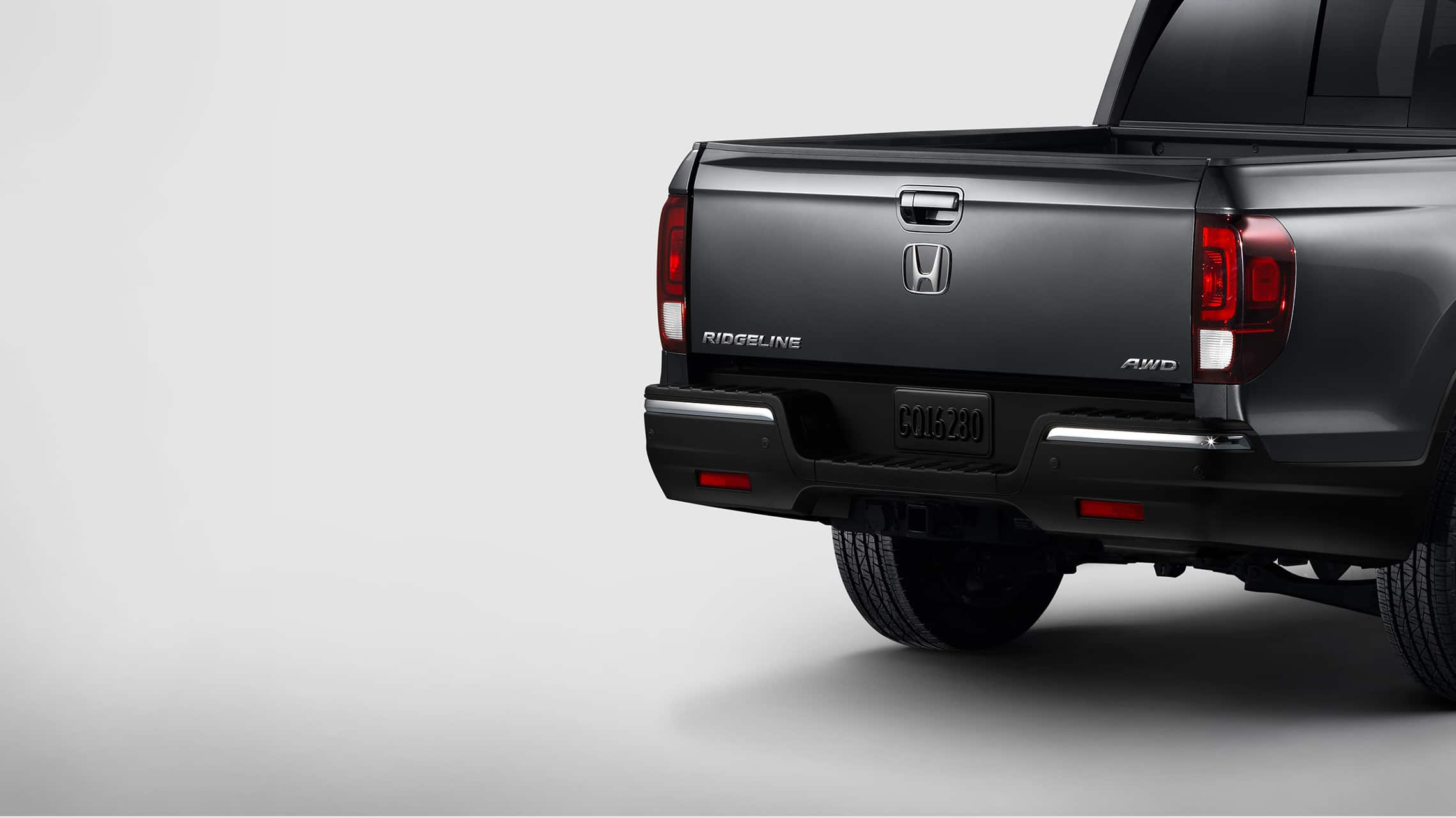 Detalle de la puerta trasera de acción doble en la Honda Ridgeline RTL-E2020 en Modern Steel Metallic.