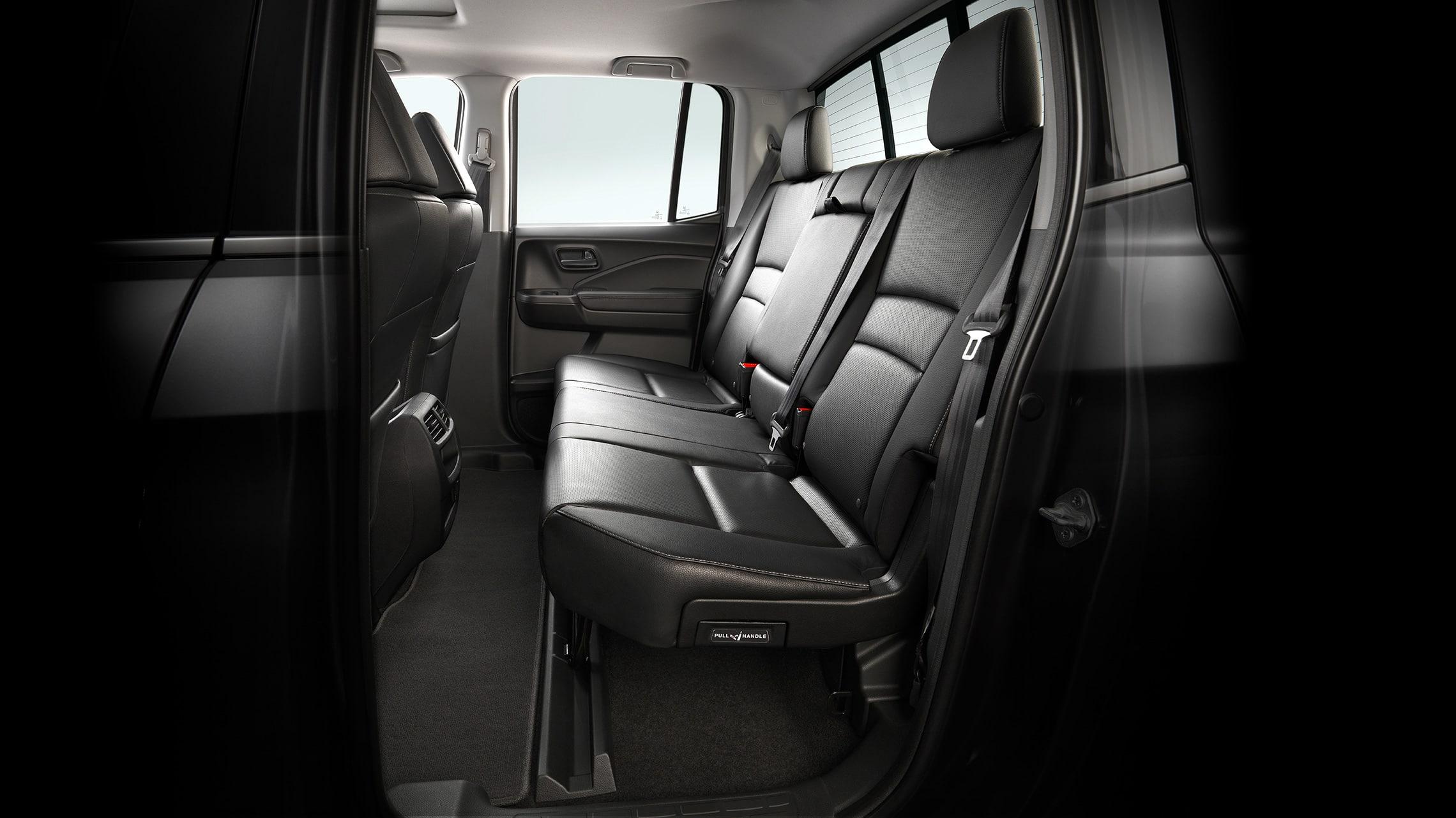 Vista interior de los asientos traseros abatibles 60/40 plegados para llevar una bicicleta en la Honda Ridgeline RTL-E2020 en Gray Leather.