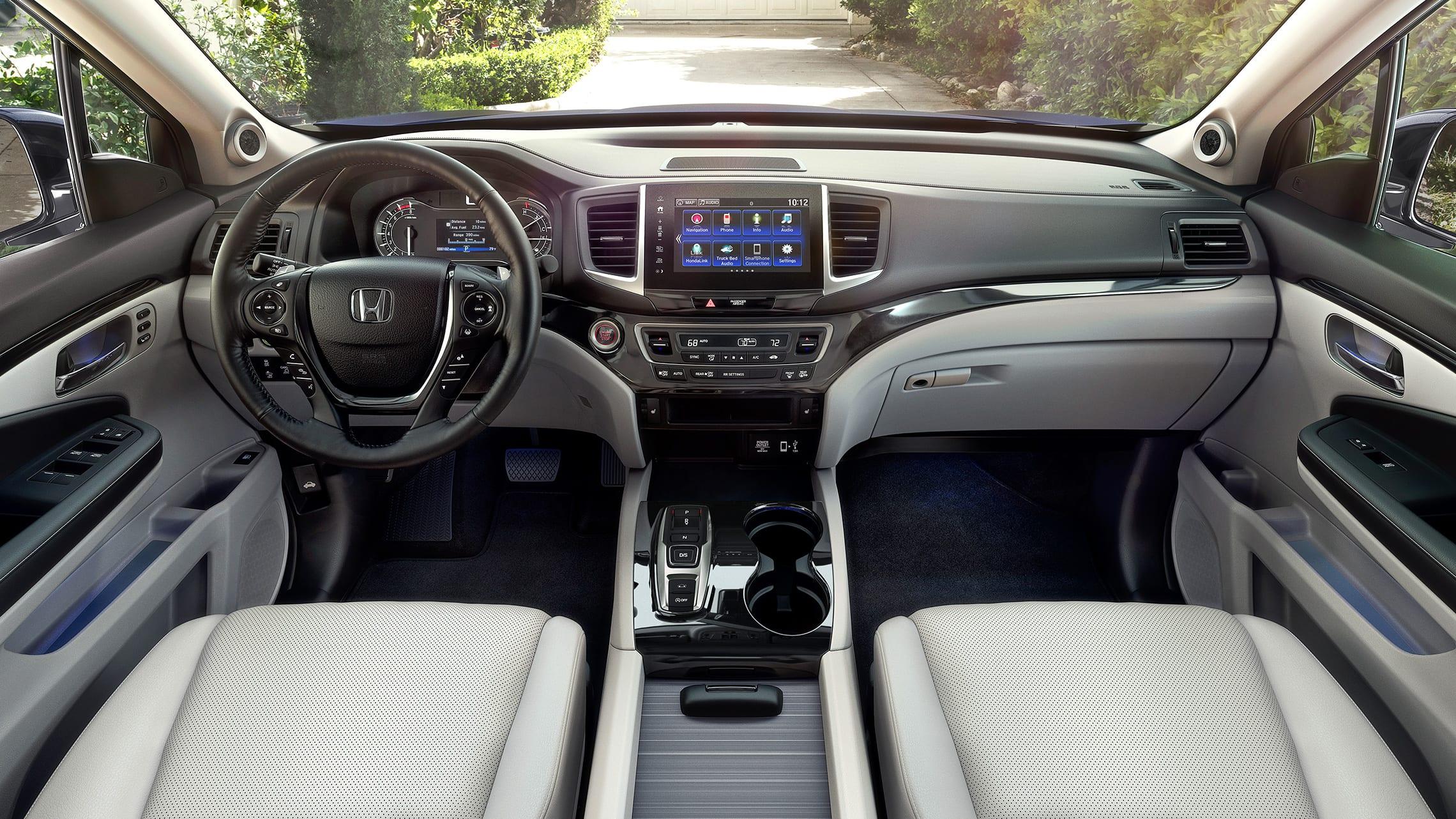 Vista interior de la cabina de los asientos delanteros de la Honda Ridgeline RTL-E2020 con Gray Leather.