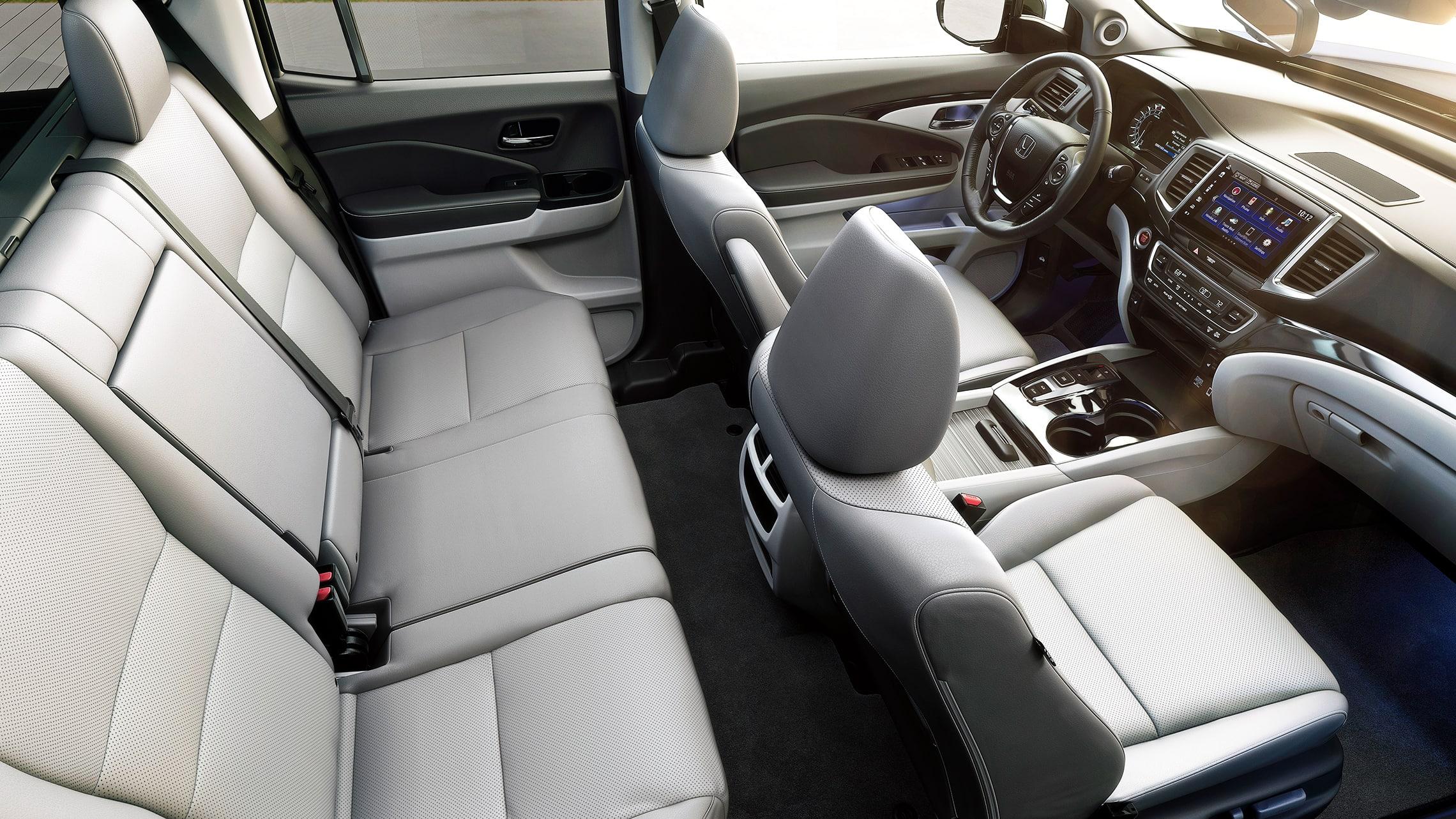 Vista interior de la cabina desde el lado del pasajero de la Honda Ridgeline RTL-E2020 con Gray Leather.