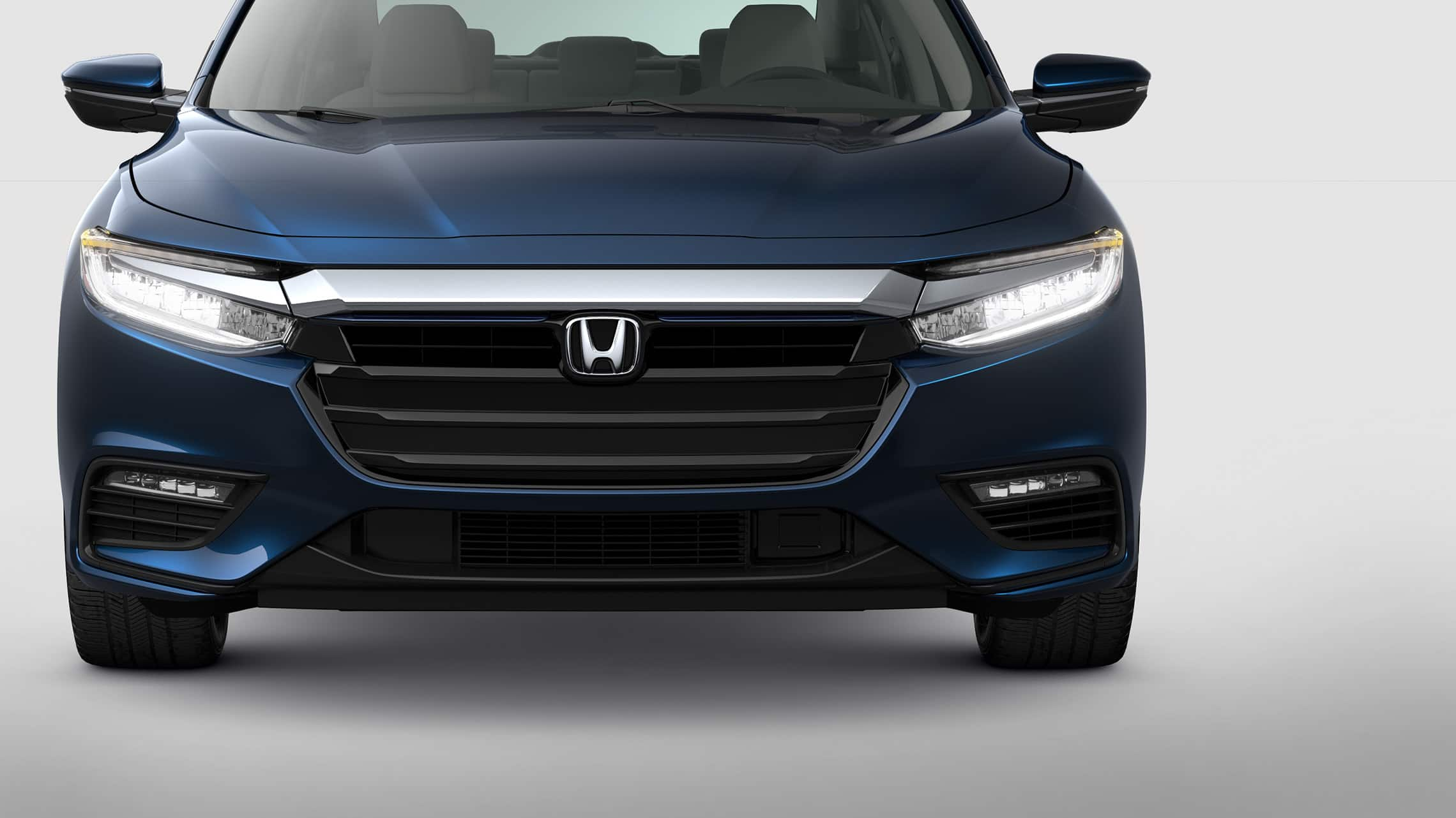 Vista frontal del Honda Insight 2021 en Cosmic Blue Metallic.
