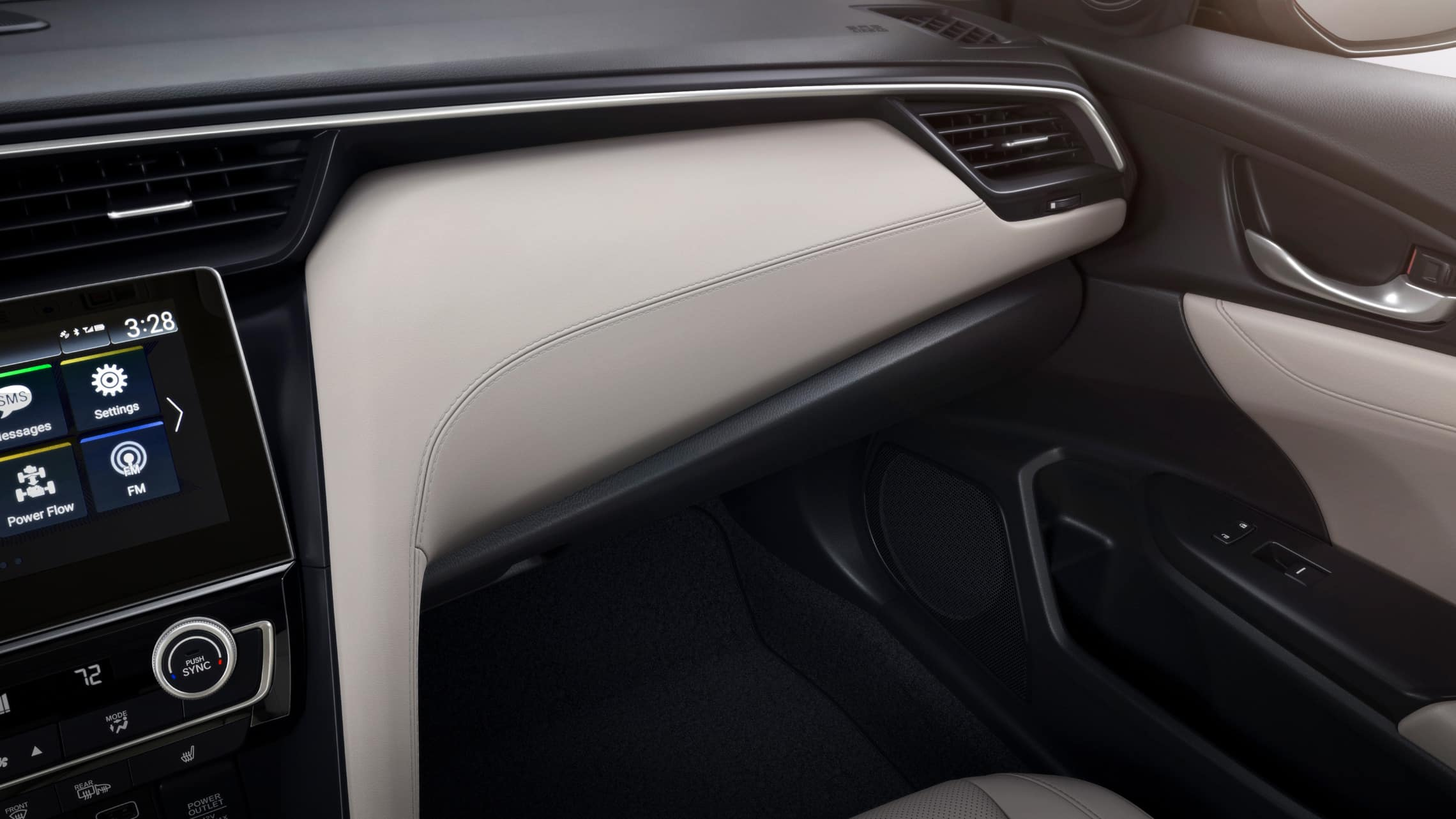 Vista en primer plano desde el interior del detalle del tablero en el Honda Insight Touring 2021 con Ivory Leather.