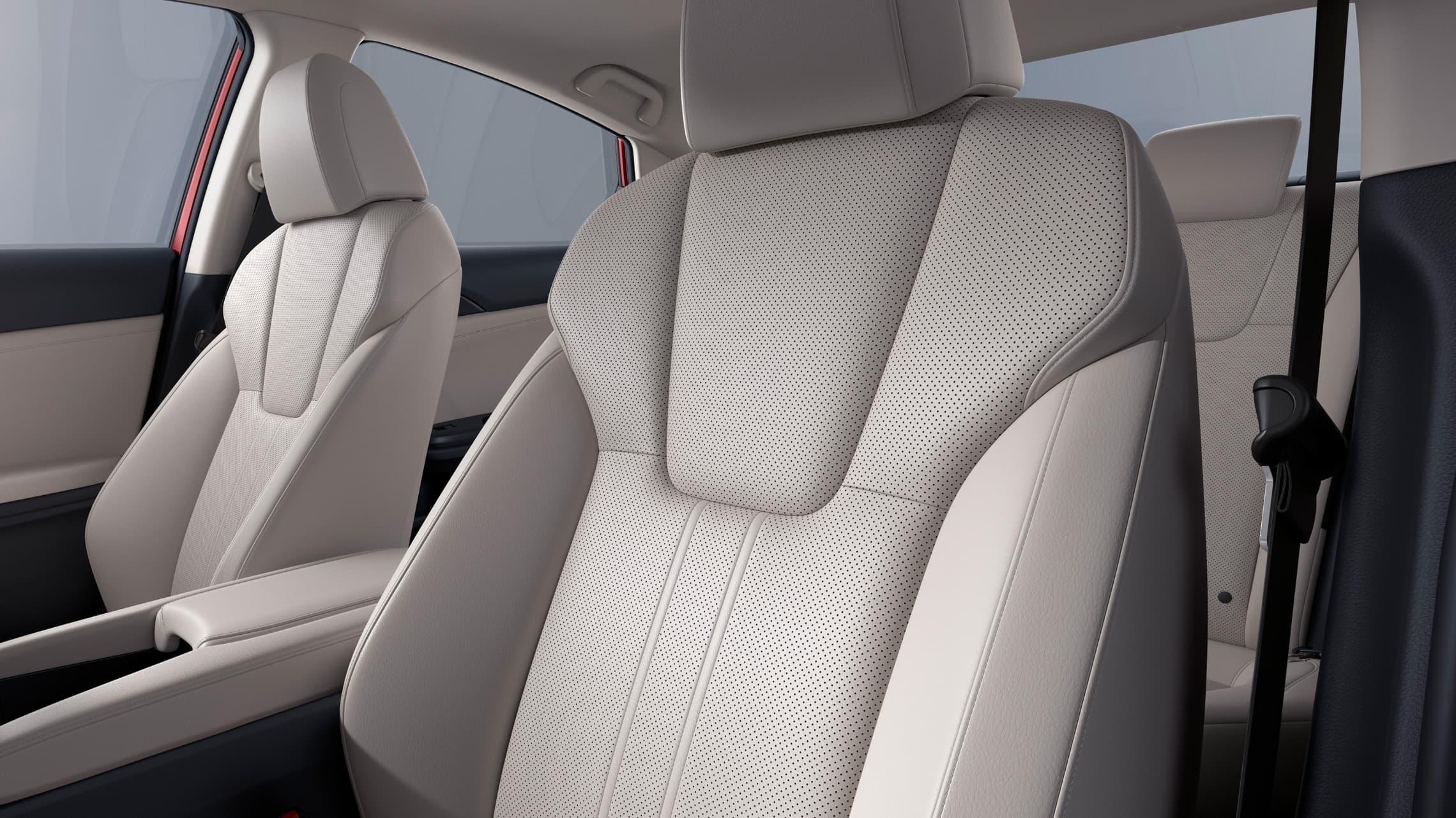 Vista en primer plano desde el interior del asiento del conductor en el Honda Insight Touring2021 con Ivory Leather.